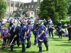 die seltsamen Morris Dancers vor der Klosterruine in Tintern